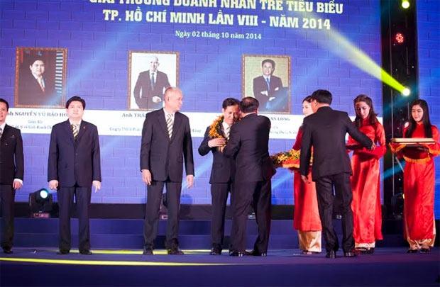 Giải thưởng DN trẻ tiêu biểu 2014  được trao cho TGĐ Viet Media Travel