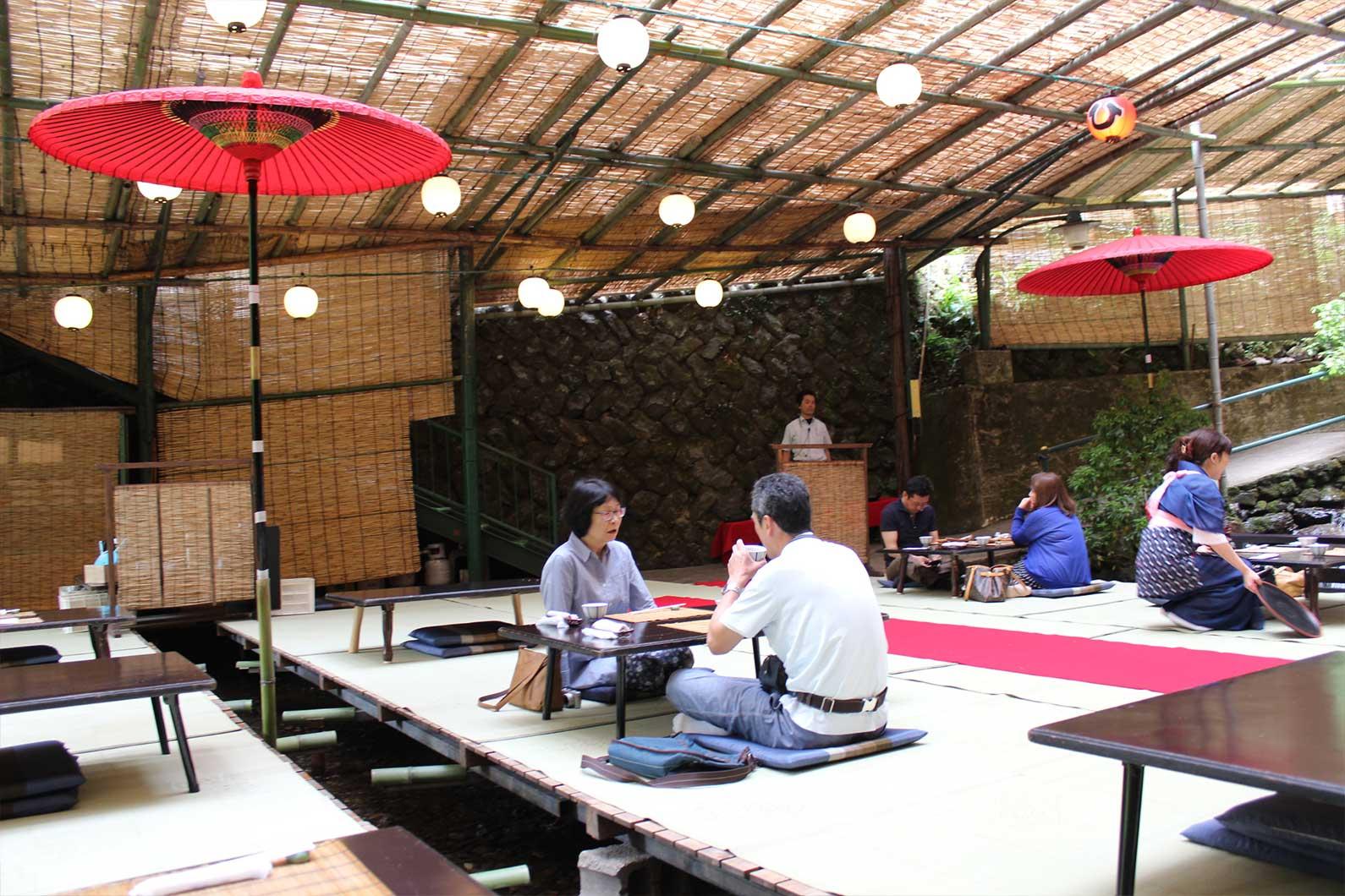 Thiết kế quán cafe độc đáo trên thác nước ở Nhật Bản