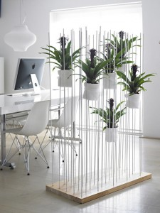 Dùng thực vật để mang lại không khí tươi mát cho cách trang trí phòng khách đẹp cũng đang rất được ưa chuộng hiện nay.