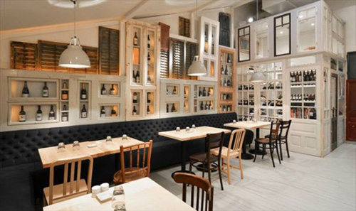 Với ý tưởng vô cùng độc đáo nhà hàng được trang trí bằng 200 cánh cửa
