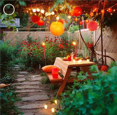 Những chiêc đèn được lắp trong khu vườn thêm lung linh sắc màu
