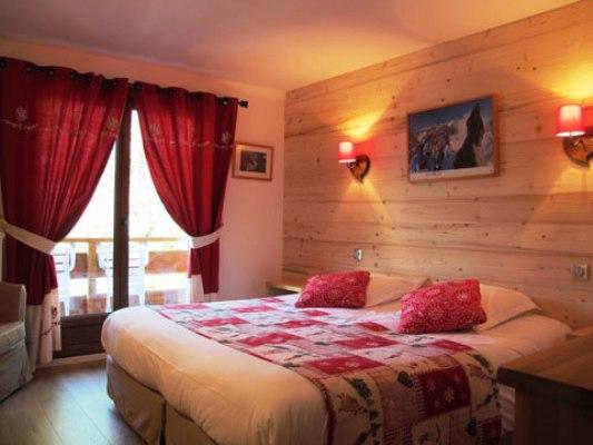 Phòng ngủ của bạn sẽ ấm áp hơn chỉ với một bức tường gỗ