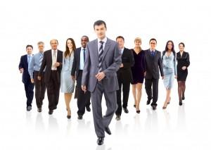 """Quản lý theo chiều ngược lại hay còn gọi là Quản lý ngược chiều người quản lý thực chất là thái độ chủ động, bình đẳng của nhân viên trong mối quan hệ với người quản lý. Nó giúp gia tăng sự tương tác, trao đổi thông tin một cách lành mạnh giữa hai bên, từ đó người quản lý và nhân viên có thể hiểu rõ nhau hơn và công việc của cả hai có thể được tiến hành trôi chảy, hiệu quả hơn.  Nó có thể cải thiện những mối quan hệ căng thẳng, hóa giải những xung đột không đáng có trong nội bộ. Sự chủ động, ý thức được nhiệm vụ cũng như quyền lợi bản thân của nhân viên không chỉ đem lại lợi ích cho hai cá nhân đơn lẻ mà còn cho doanh nghiệp nói chung.  Quản lý theo chiều ngược lại  Hiểu được các ưu tiên công việc của người quản lý cũng sẽ giúp bạn làm việc hiệu quả hơn. Hiểu công việc của người quản lý  Với nhân viên, người quản lý dường như luôn bận rộn. Điều này đúng vì ngoài việc quản lý nhân viên, họ còn phải """"quản lý"""" các cấp quản lý cao hơn. Hiểu được khối lượng và áp lực công việc của họ sẽ giúp bạn tìm ra cách tiếp cận và thời điểm tiếp cận phù hợp.  Như thay vì một cuộc họp ngắn vào thời điểm người quản lý đang bận rộn, có thể thảo một email súc tích, đi thẳng vào vấn đề với những gạch đầu dòng cho những thông tin bạn cần được cung cấp hoặc xác nhận, và chậm nhất là khi nào bạn cần những thông tin này.  Hiểu được các ưu tiên công việc của người quản lý cũng sẽ giúp bạn làm việc hiệu quả hơn thay vì lựa chọn đầu tư cho các phần việc cụ thể theo ý thích riêng.  Bạn có thể thích các con số hơn nên chăm chút cho báo cáo số lượng khách hàng nhưng việc này sẽ chỉ cho bạn thêm điểm cộng trong trường hợp bạn có thể hoàn thành một báo cáo mạch lạc, phong phú dữ liệu về thói quen, phản ứng của khách hàng cho một người quản lý ưu tiên cho """"chất"""" hơn """"lượng"""". Người quản lý trước  Người quản lý nên là người đầu tiên được biết thành quả, thành tích công việc lẫn các sai lầm của bạn. Nó thể hiện sự tôn trọng của bạn đối với họ và khơi gợi ở họ sự tôn trọng, quan tâm, lắng nghe bạn.  Nhữn"""