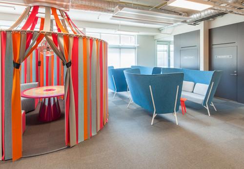 Thiết kế văn phòng địa ốc đầy màu sắc