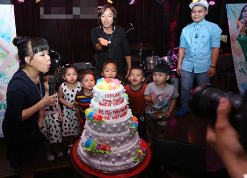 Buổi sinh nhật của danh hài Việt Hương bên cạnh gia đình và Fan