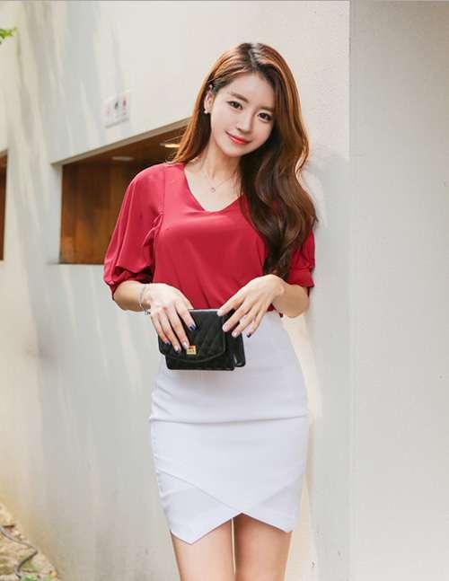 Phối đồ váy ngắn với áo phông cực xinh