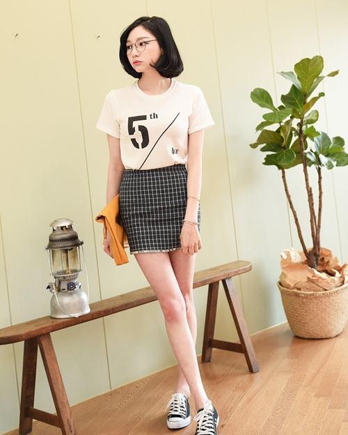 Phối áo phông rộng với váy ngắn caro