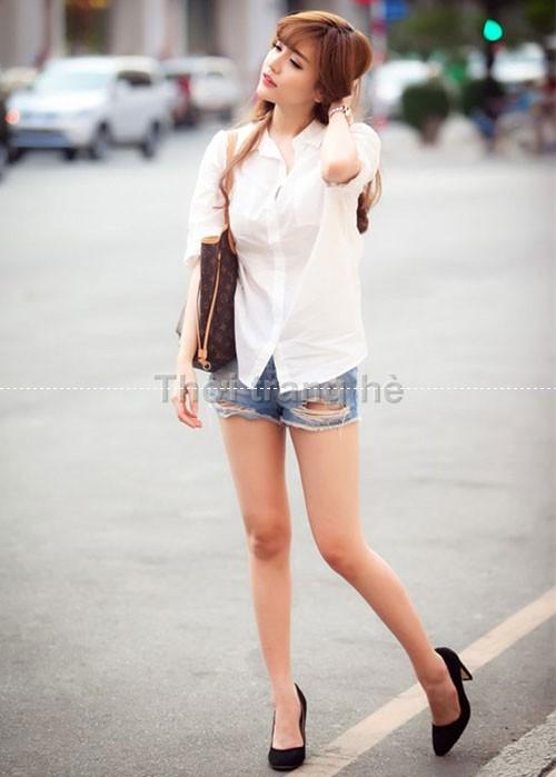 Quần jean short với áo sơ mi, tạo ra phong cách ngày hè
