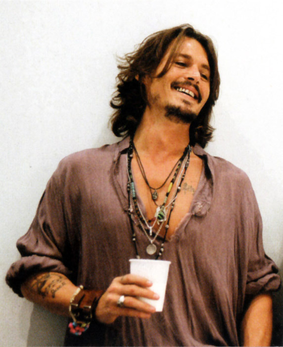 Johnny-Depp-Smiles-johnny-depp-17725187-572-700