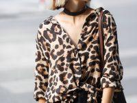 Cô bạn Cara Trần nổi bật với set đồ sơmi cổ trễ họa tiết da báo mix cùng quần skinny và giày sneaker vừa sexy lại vừa cá tính, năng động.