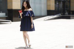 Cũng diện váy trễ vai nhưng Thu Thảo lại tạo nét casual cho diện mạo của mình với dép lê hoa cỏ xinh xắn.